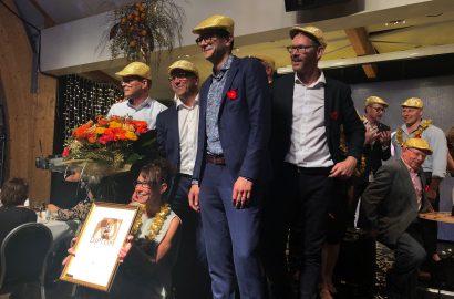 Marianne Lindh och gänget tar emot priset